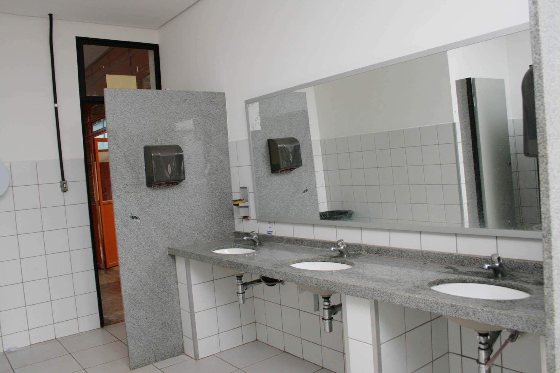 #6F3A23 Com a reforma sanitários seguirão padrão dos novos prédios da UEL 1890x1260 px Banheiro Deficiente Padrao 3403