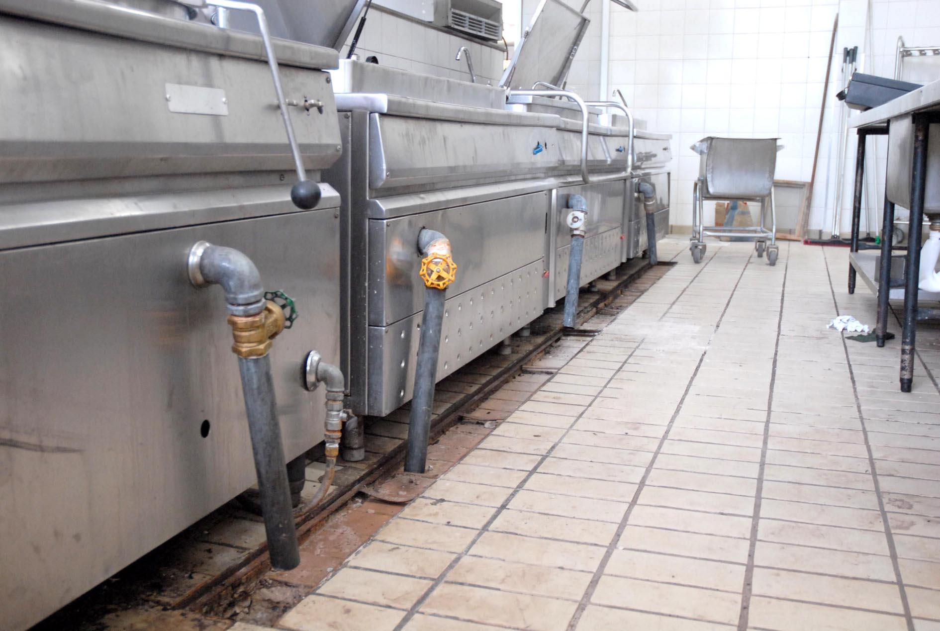 Grelhas do sistema de drenagem de água da cozinha industrial estão  #81634A 1890 1269